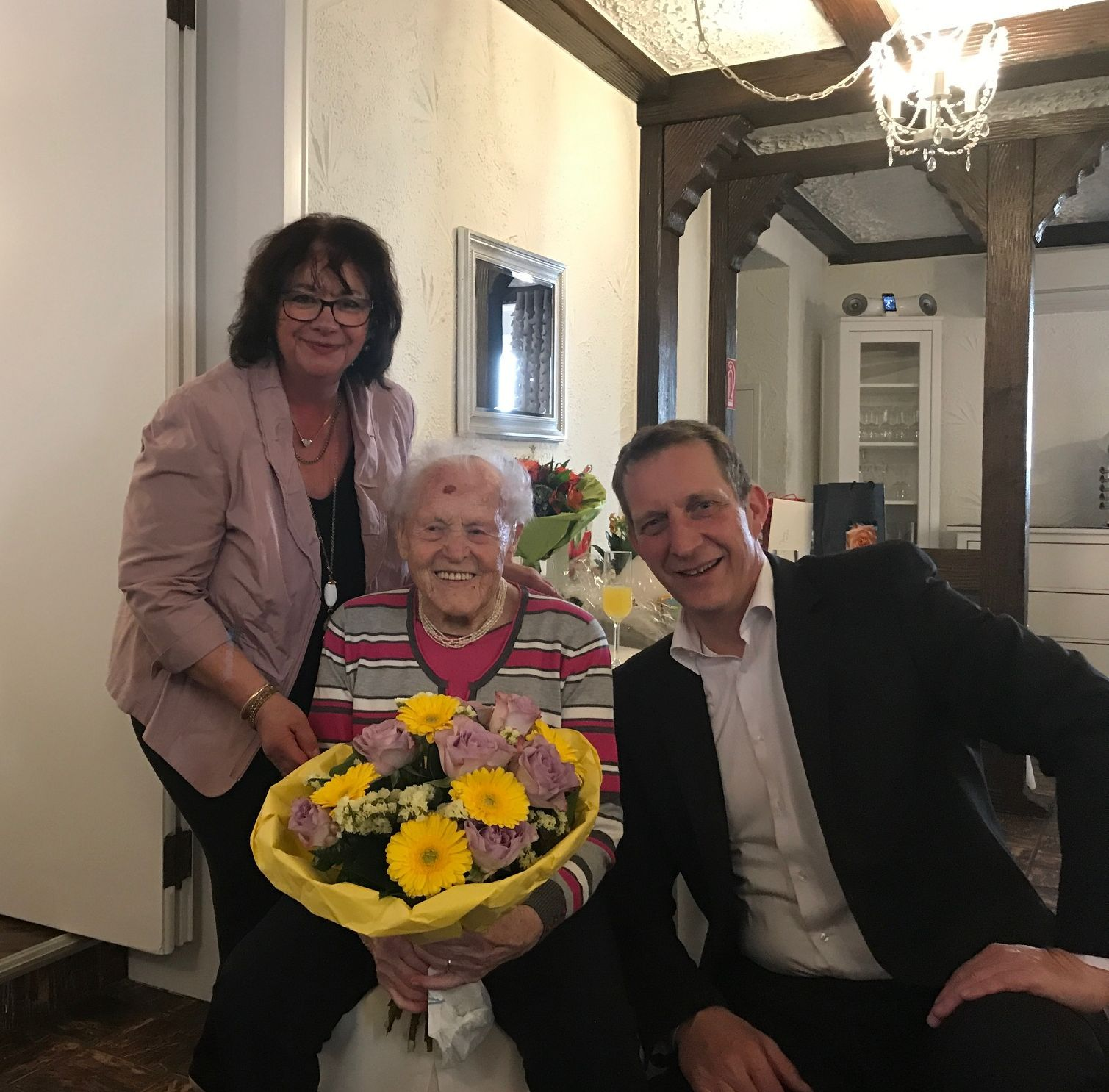 Gertrud Göderz, Rita Hirsch Bürgermeisterin Ochtendung, Maximilian Mumm Bürgermeister gratulation 100 Geburtstag