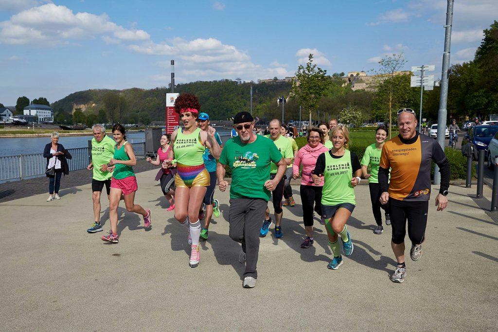 Dörthe Dutt und Berti Hahn machen mit Läufern am Moselufer Werbung für den Koblenz Marathon.