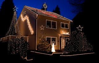 Das Weihnachtshaus leuchtet.