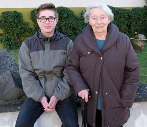 """""""Er ist jetzt mein bester Nachbar"""", sagt Gretel Paetz über ihren Lebensretter, den 15-jährigen Justin Kurnaz. ⋌Noch kann die 94-Jährige nicht zurück in die eigenen vier Wände. """"Erst muss der Ruß entfernt werden"""", sagt sie beim Kurzbesuch in der Schützenstraße in Ochtendung"""