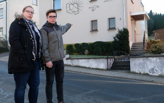 Justin zeigt seiner Mutter Rebekka das Haus, aus dem er die Nachbarin gerttet hat