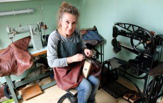 Simone Jäger bei der Lederverarbeitung