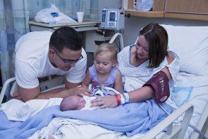 Familie mit Neugeborenem im Krankenhaus fotografiert von Karina Schuh aus Polch