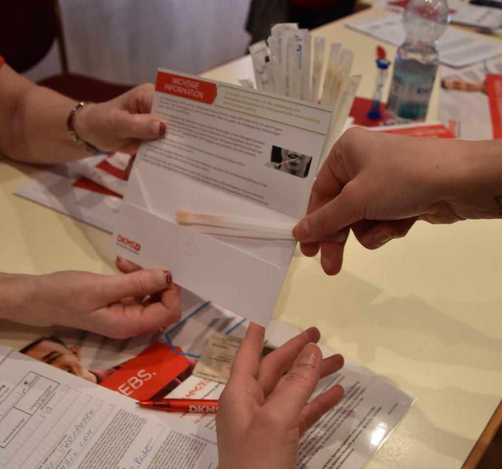 Die Wattestäbchen werden zur Typisierung in einen Umschlag gepackt