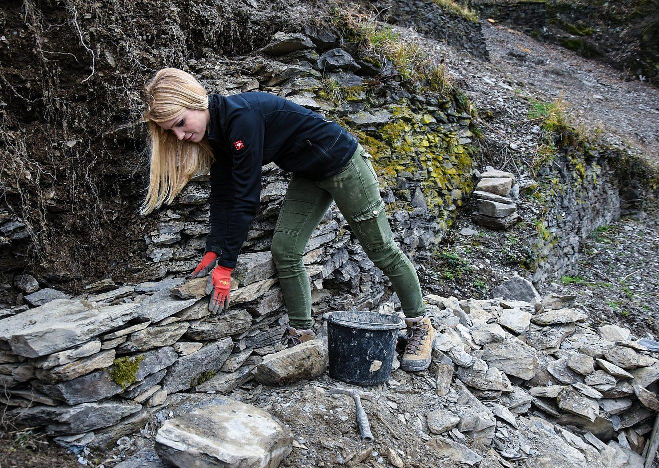 Sarah Hulten erneuert die Trockenmauer