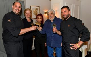 """ario Adorf ist ein gern gesehener Gast bei """"W gourmet""""-Restaurant-Besitzer Christian Jurecz (links) und seinem Team mit Marianne Wagner van Goor, Natarini Thomvon und Besim Koca."""