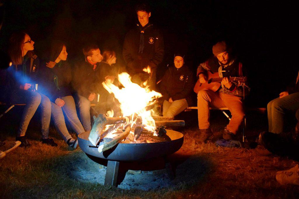 """Lagerfeuerromantik: Abends gemeinsam singen, das gehört beim Pfadfinderstamm """"Carpe Diem"""" einfach dazu."""