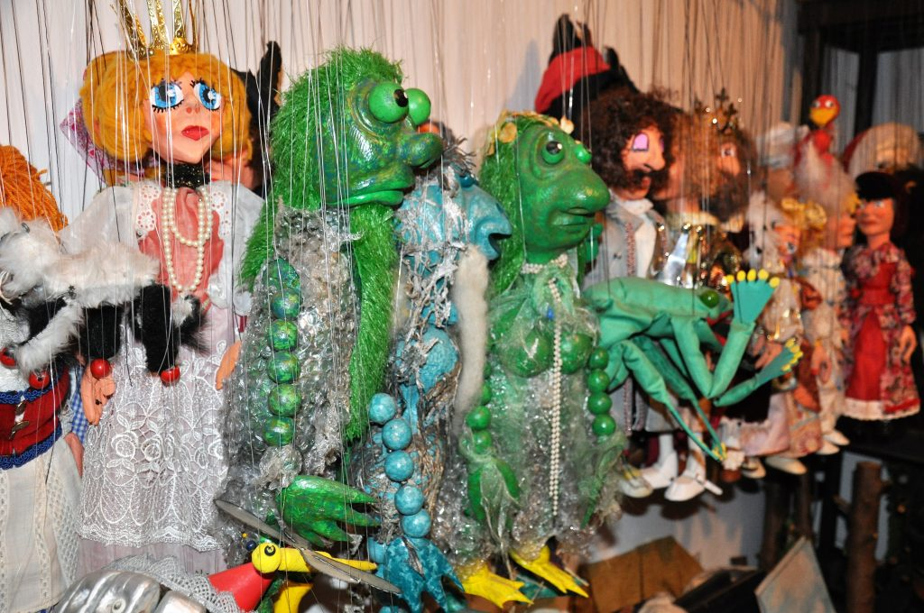 Zahlreiche Marionetten und Handpuppen zieren das Büro von Björn Chritian Küpper in Koblenz.