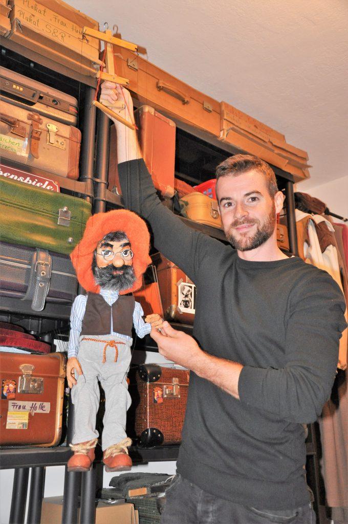 Björn Christian Küpper  mit einem seiner Puppen in Koblenz