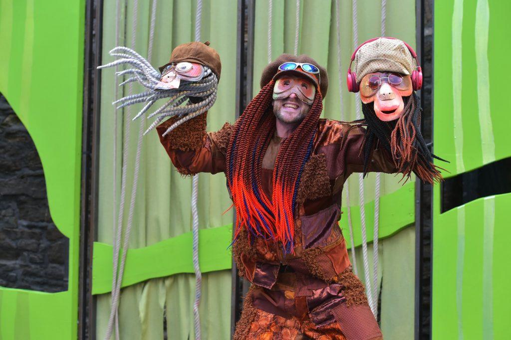 Bei den Burgfestspielen lässt der Puppenspieler die Affen tanzen.