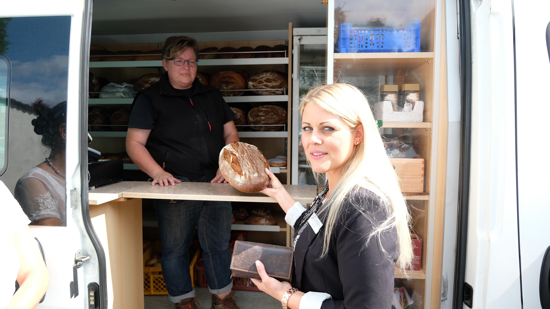 Wirtschaftsförderin Anna Jütte bei der Bäckerei Klein in Kirchwald