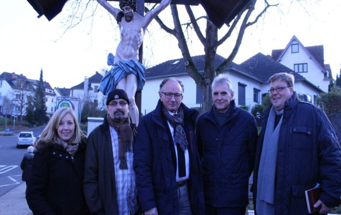 Ricarda Giljohann, Roland Gassert, Achim Hütten, Claus Peitz und Stefan Dumont freuten sich über die feierliche Einweihung des restaurierten Kreuzes.