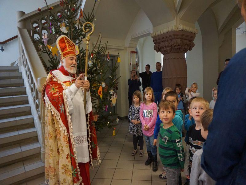 Beeindruckt, gespannt und auch etwas ängstlich hörten die Kinder aus Breitscheid zu, was der Nikolaus ihnen zu sagen hatte.