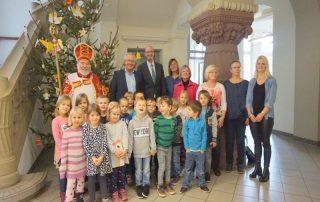 Gemeinsam mit ihren Betreuerinnen und dem Landrat Achim Hallerbach (hintere Reihe, Zweiter v. links) schmückten 17 Vorschulkinder aus Breitscheid den Weihnachtsbaum im Kreishaus in Neuwied.